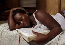 Беременная женщина читает Библию